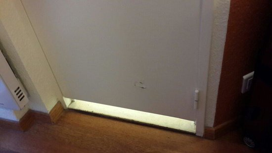 ibis Paris Tour Eiffel Cambronne 15eme: Damaged toilet door