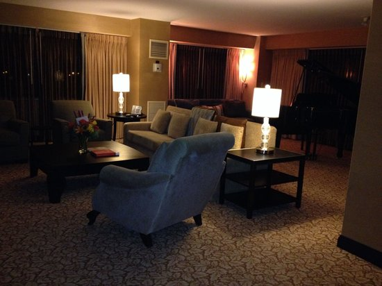 Washington Marriott Wardman Park : Chesapeake Suite: Luxury Living room with grand piano - view of Zoo