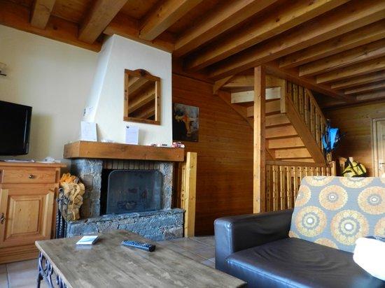 Montagnettes, Le Chalet du Vallon : vue sur salon avec sa cheminée