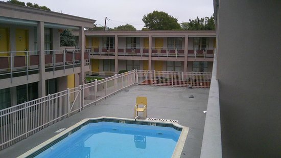 Ramada Rockville Centre: Uitzicht op zwembad