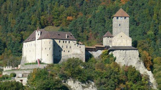Hotel Rimmele: Ausblick zum Schloss Tirol