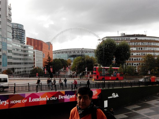 Vue sur wembley de la chambre picture of ibis london for Chambre london