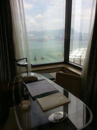Harbour Grand Hong Kong: 桌子