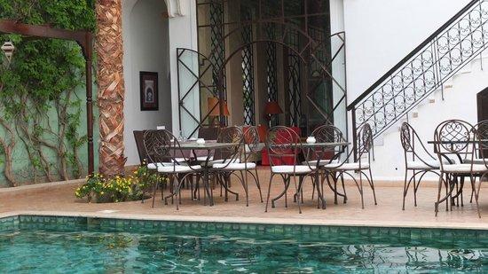 Riad Chergui: la piscine et les tables où prendre ses repas