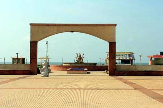 Somnath Mahadev Temple: Park in front of the temple (kept closed)