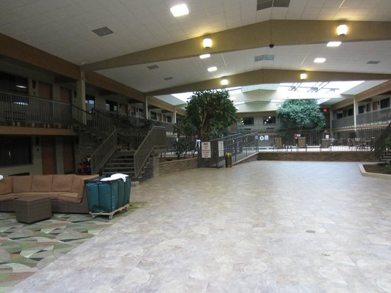 BEST WESTERN Plus Raton Hotel: Large area to relax below the rooms and just off the pool.