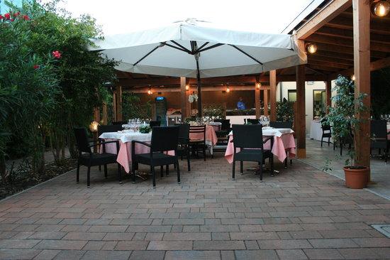 Ristorante ristorante pizzeria al giardino in milano con for Il giardino milano ristorante