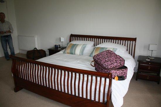Ratherton House: A huge bed in a huge room