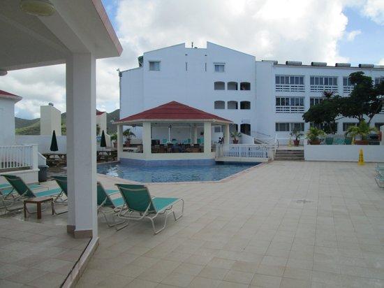 Simpson Bay Resort & Marina: Marina pool & bar.