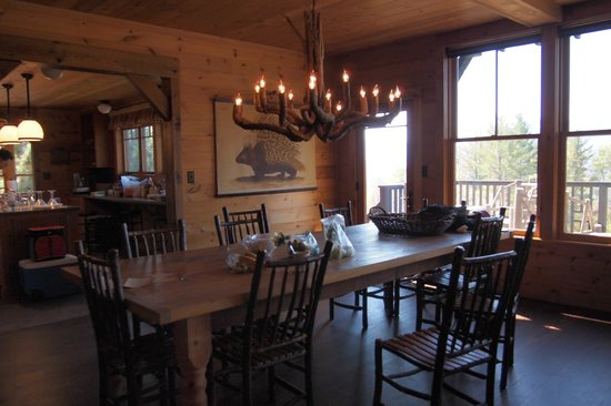 Dartbrook Lodge: dining area with rustic table and chandelier