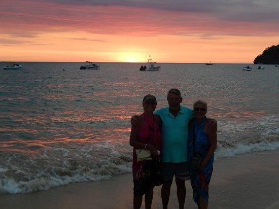 Royal Beach Hotel : Couché de soleil ! là ! c'est nous trois !