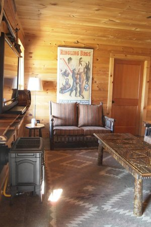 Dartbrook Lodge: bottom floor w/ tv and entertainment for the family/kids