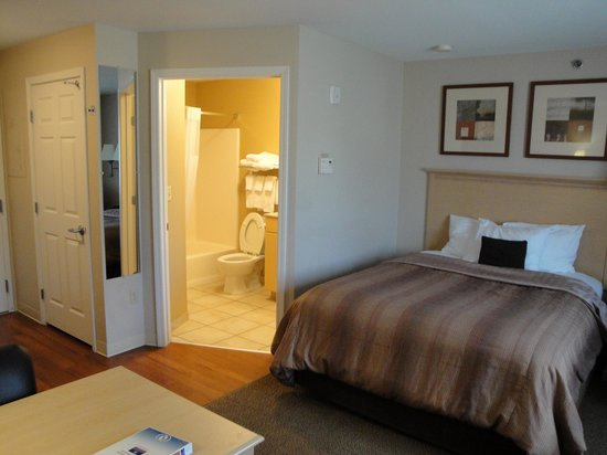 Candlewood Suites Sheridan: Another view of the bed and bathroom