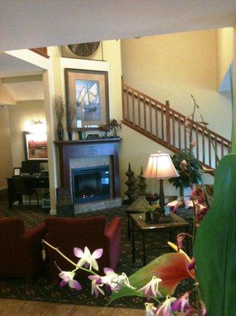 GrandStay Residential Suites Hotel - Sheboygan: Lobby Flowers