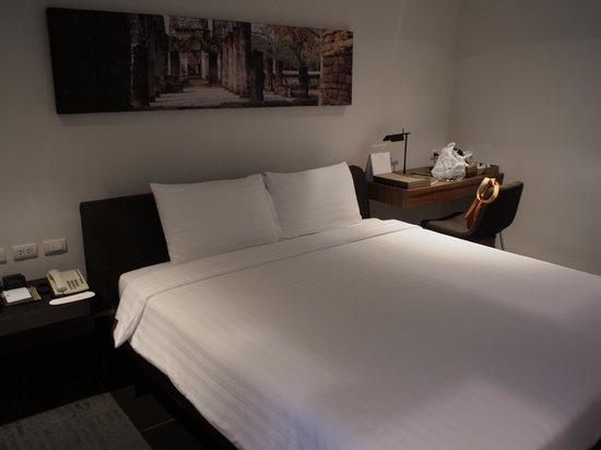 S33 Compact Sukhumvit Hotel : 部屋はやや薄暗い