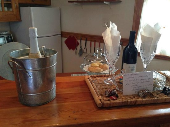 Armstrong Inns Bed and Breakfast : Chilled champagne waiting for us as an anniversary treat!  Also wine and snacks.