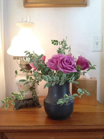 Armstrong Inns Bed and Breakfast : Fresh flowers placed at the bedside, a thoughtful and sweet touch.