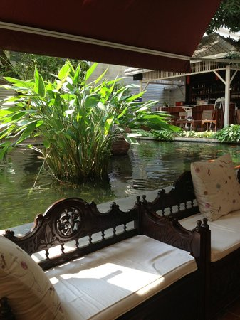 Feung Nakorn Balcony Rooms & Cafe: The pond and bar
