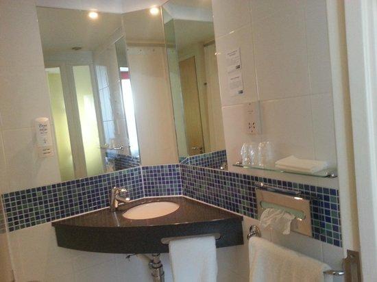 Holiday Inn Express - Edinburgh City Centre : bathroom