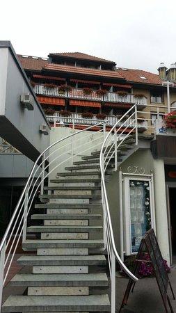 Hotel Silberhorn: Stairs to patio   - Silberhorn Wengen