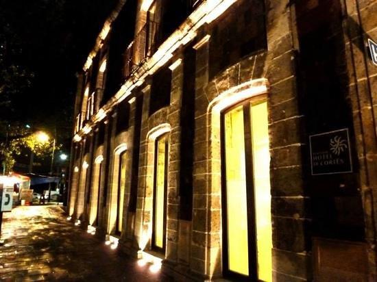 Boutique Hotel de Cortes: la magia de la noche en la fachada
