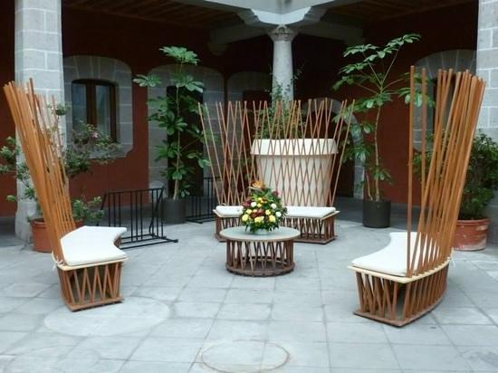 Boutique Hotel de Cortes: un mobiliario muy original en un patio antiguo alrededor del cual estan las habitaciones