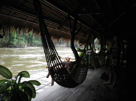 River Kwai Jungle Rafts Resort: Porche delantero
