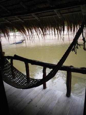 River Kwai Jungle Rafts Resort: Terraza de la habitacion