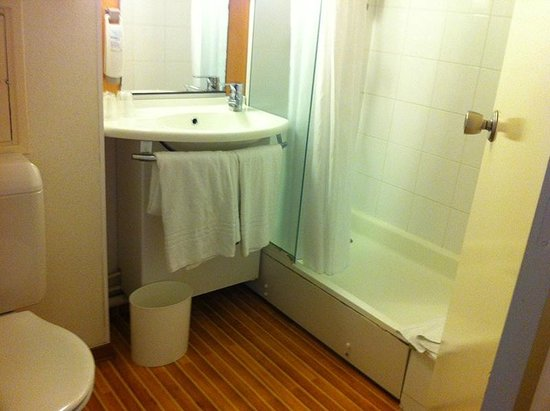 Ibis Blois Centre Chateau : Nice bath with proper shower