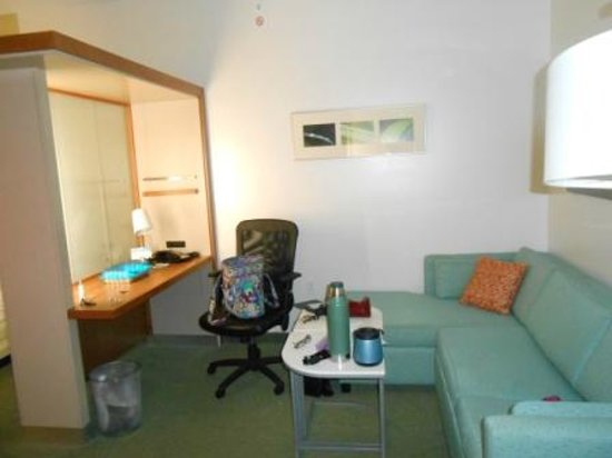 SpringHill Suites Cincinnati Airport South: Desk are, extra seating and/or sofa bed