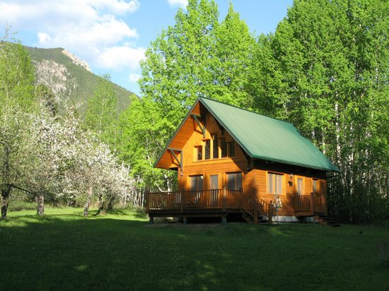 Windermere Creek Bed and Breakfast Cabins: Bear's Den Cabin in the Orchard
