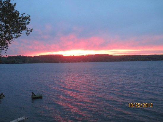 Steamboat Castle Bed & Breakfast: Morning sunrise on Keuka Lake, view from the Lulu