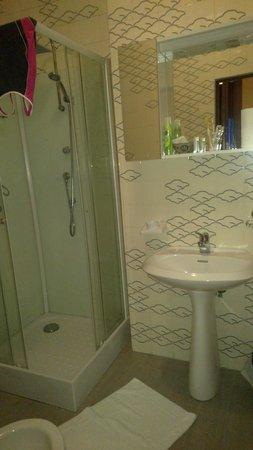 Monti Hotel: Ванна в одноместном номере
