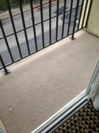 Le Montrose Suite Hotel: Unsafe balcony