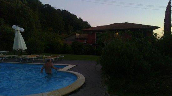 Monti Hotel: Отель и бассейн