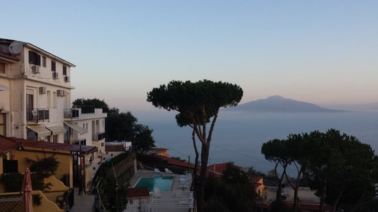 Hotel Residence Le Terrazze: Morning view from our terrace - volcano Vesuv across the Naples Bay.