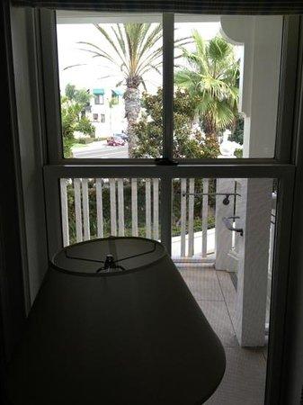 Hotel del Coronado : Walkway runs right past the bedrooms.