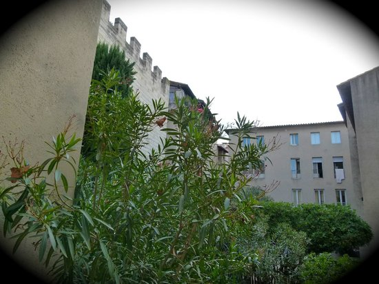 Mercure Pont d'Avignon Centre : View of the wall and a courtyard