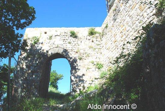 Porta d'accesso alle mura della Rocca di Pietracassia