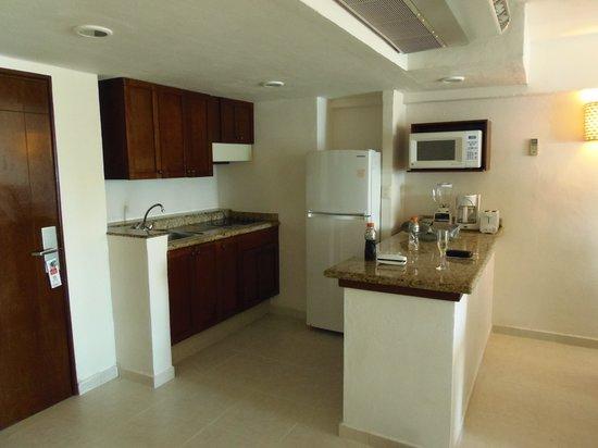 El Cid La Ceiba Beach Hotel: kLitchenette and livingroom