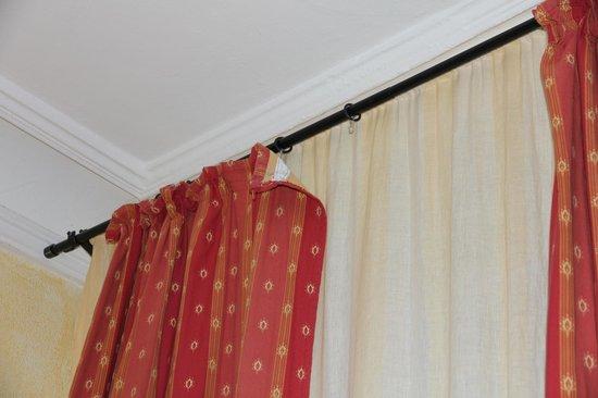 Kunsthaus : Curtain hanging down/broken