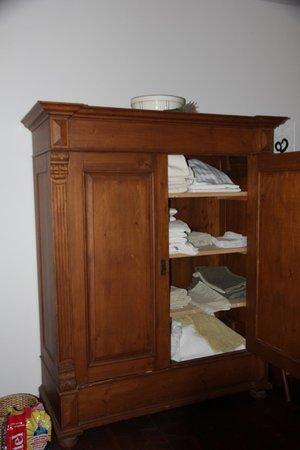 Kunsthaus : Linen storage in the guestroom