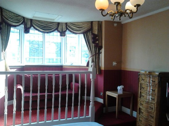 Hallmark Inn Chester : Light and comfortable room