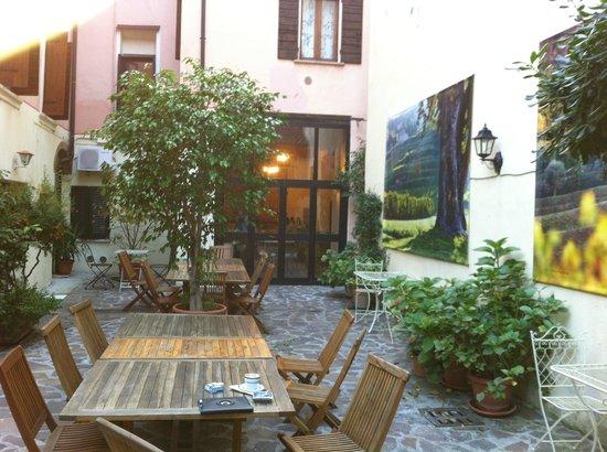 Hotel Scalzi: La cour intérieure.  Celle sur laquelle donne notre chambre