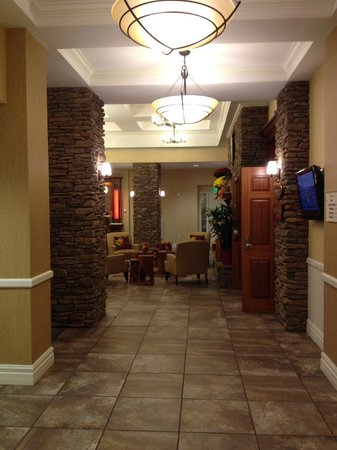 Watkins Glen Harbor Hotel: walking down the hall to the lobby