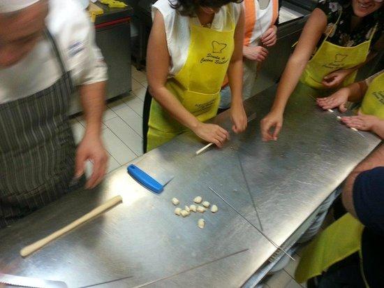 Cooking Class al Ristorante Nettuno da Siciliano: making macaroni on sticks one by one