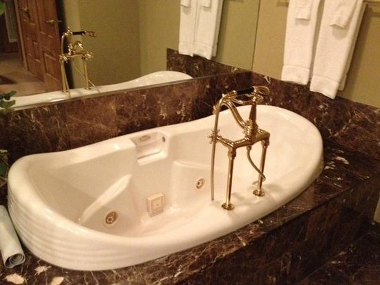 The Herrington Inn & Spa : Bathtub in suite