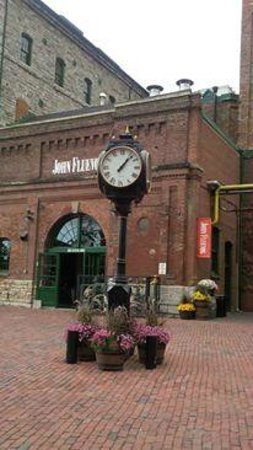 Go Tours Canada : Clock in center of Distillery District