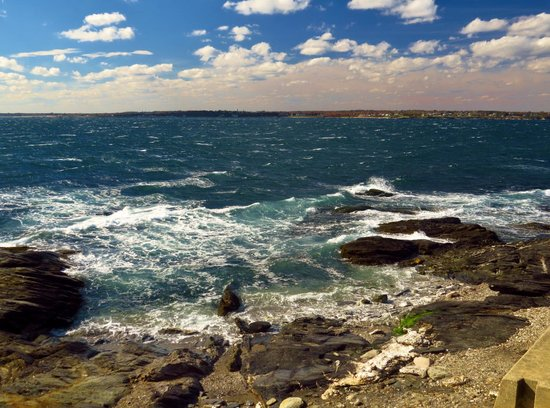Beavertail Lighthouse and Park : rocky coast in front