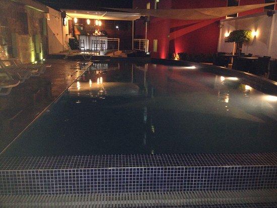 Hotel HEX: Piscina y bar del hotel